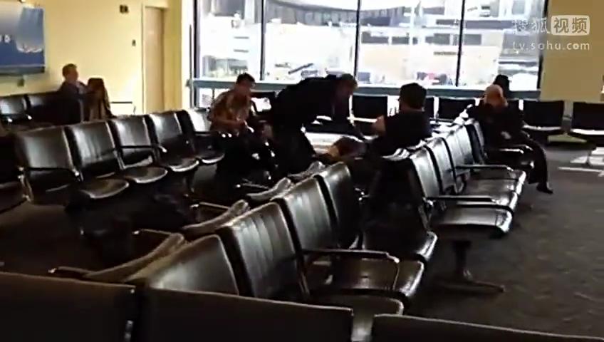 二货坐飞机还要装高冷 结果把行李忘到机场了